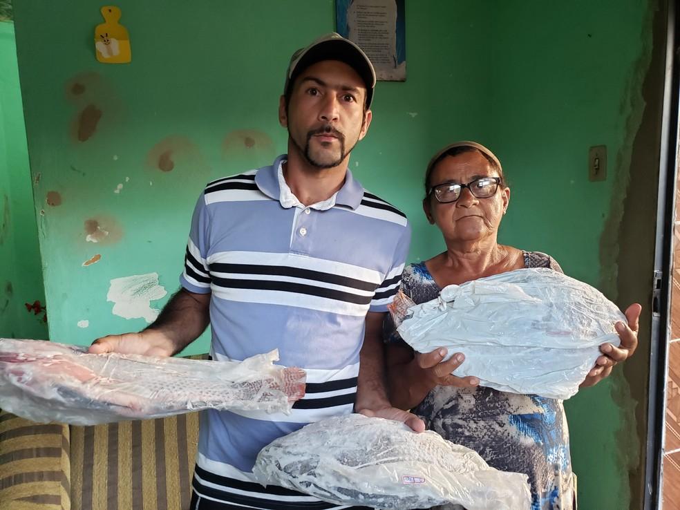 Edmo e a mãe, Eva, voltaram a pescar no Rio do Carmo, mas não conseguem mais vender os peixes — Foto: Patrícia Fiúza / G1