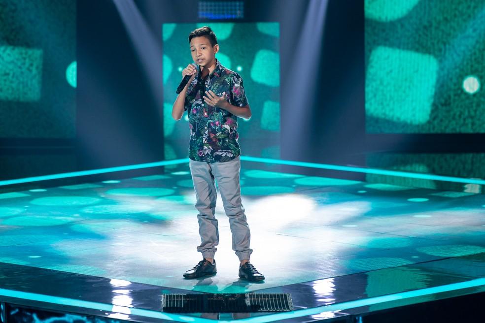 Benício Abraão se apresentou com a música 'O Caderno' no 'The Voice Kids' — Foto: Artur Meninea/Gshow