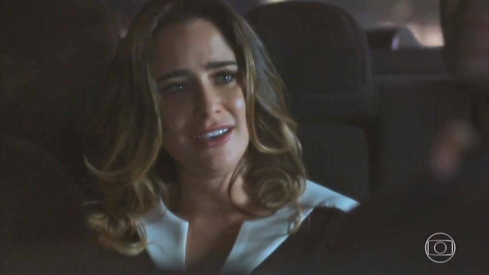 Bruna (Fernanda Vasconcellos) respira aliviada ao saber que Camila (Agatha Moreira) perdeu a memória novamente - 'Haja Coração' — Foto: Globo