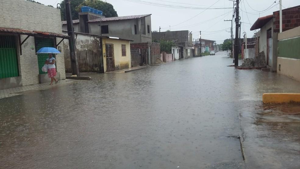 Rua Tenente Souza, também no Pajuçara, está alagada (Foto: Sérgio Henrique Santos/Inter TV Cabugi)