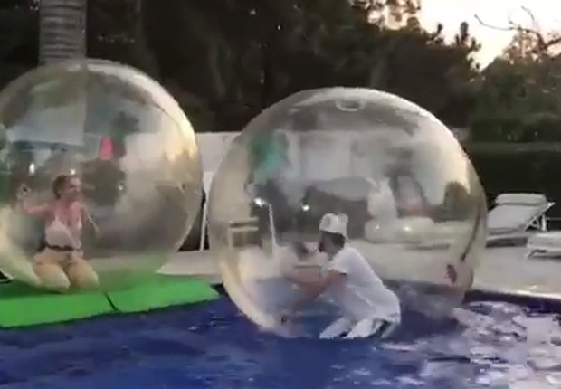 Eliana e Luan Santana se divertem em bolas transparentes de piscina (Foto: Reprodução/Instagram)