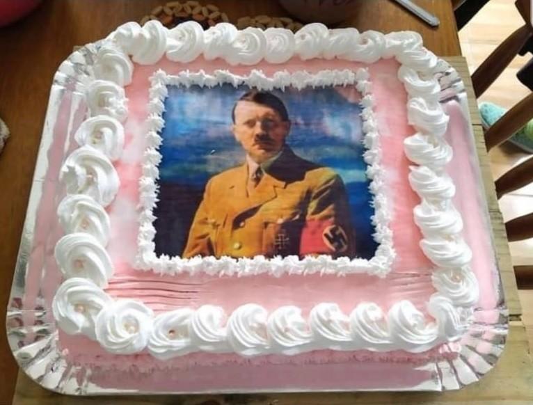 Polícia investiga jovem que usou foto de Hitler em bolo de aniversário em Pelotas