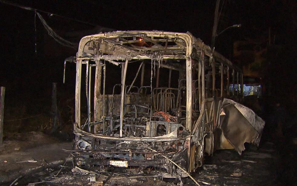 Suspeitos colocam fogo em ônibus em Vespasiano, na Grande BH (Foto: Reprodução/TV Globo)