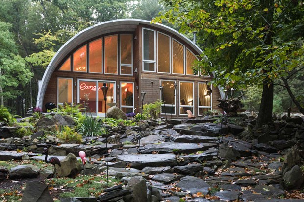 Refúgio moderno: galpão de aço em meio a floresta surpreende pelo décor