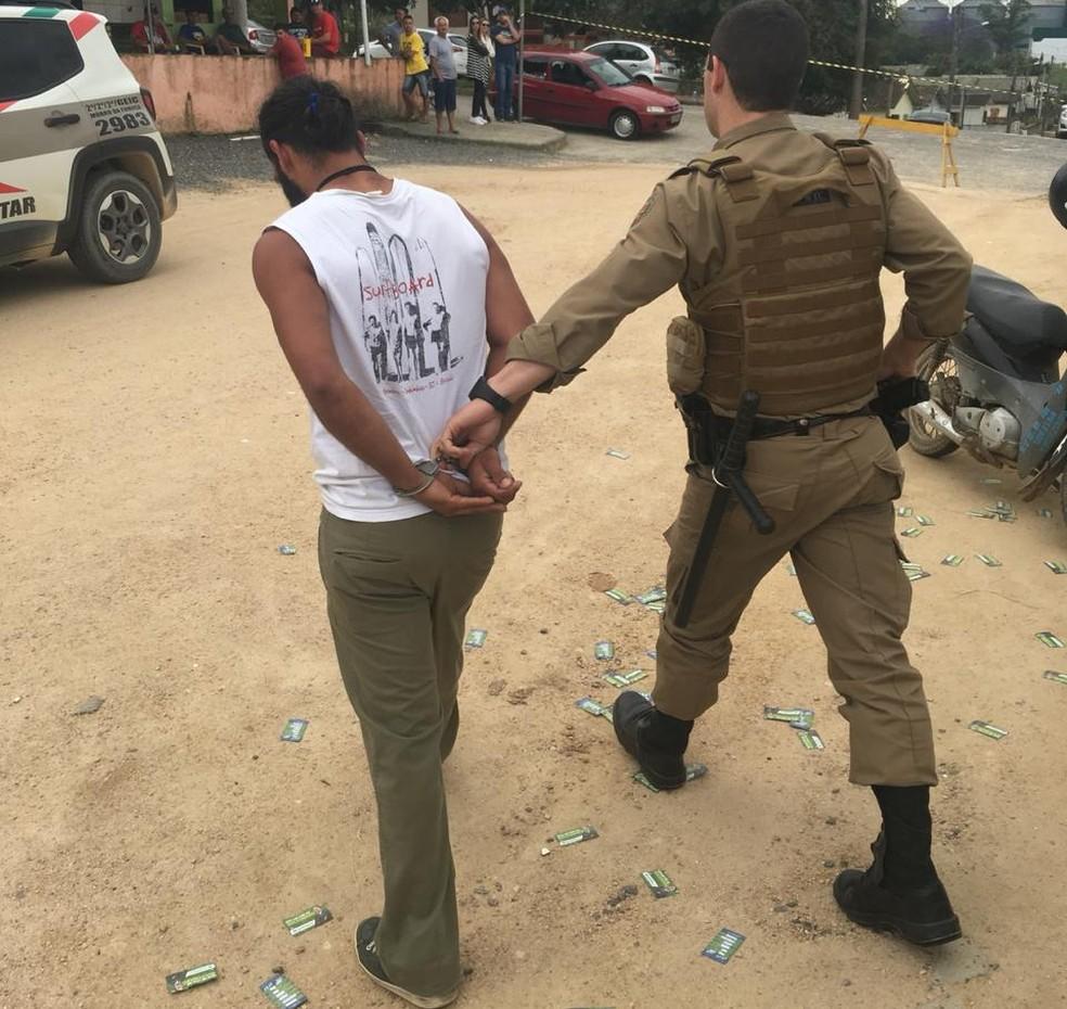 Polícia militar prende homem que quebrou urna em Morro da Fumaça — Foto: Edson Padoin