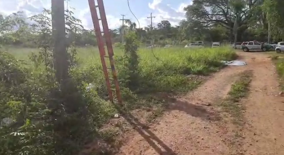 Vítimas trocavam lâmpada de poste — Foto: Divulgação