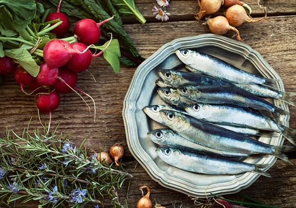 Fresh sardines. Fish with vegetables. Mediterranean fish on plate (Foto: Getty Images/iStockphoto)