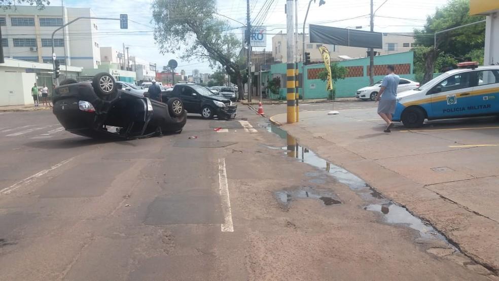 Vítimas saíram ilesas após capotagem de carro — Foto: Osvaldo Nóbrega / TV Morena