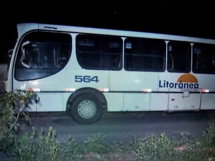 Resultado de imagem para fotos de Passageiro esfaqueia assaltante e é baleado dentro de ônibus; mulher também foi atingida por um tiro