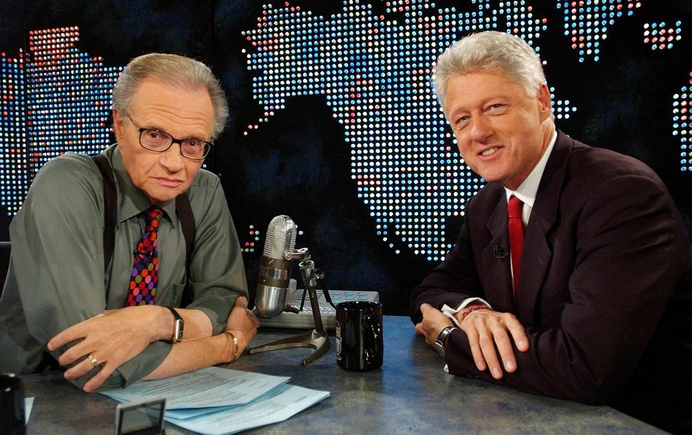 O ex-presidente Bill Clinton em entrevista com Larry King na CNN em Nova York em 3 de setembro de 2002 — Foto: Reuters