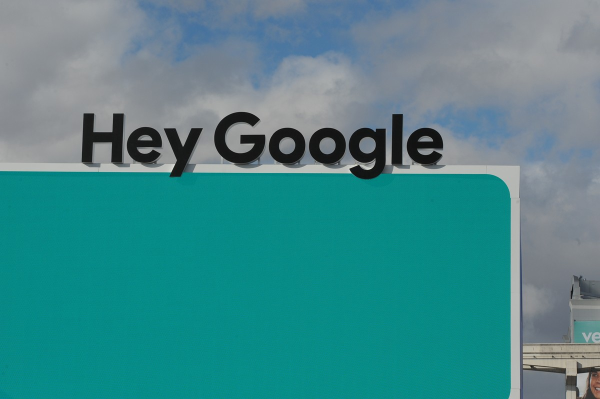"06 January 2019, US, Las Vegas: The lettering ""Hey Google"" - the alarm word for the language assistant of the Internet group - can be seen at the technology fair CES in Las Vegas. Photo: Andrej Sokolow/dpa (Photo by Andrej Sokolow/picture alliance via Get (Foto: picture alliance via Getty Image)"