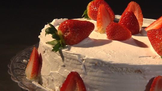 Doceira de mão cheia ensina receita simples de Torta de Morango