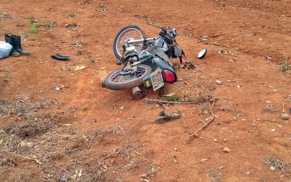 Militar morre após acidente de moto depois de fechada de caminhão no trevo de Alterosa — Foto: Polícia Militar Rodoviária