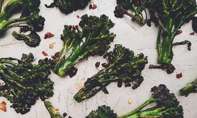 Brócolis assados com alho picado