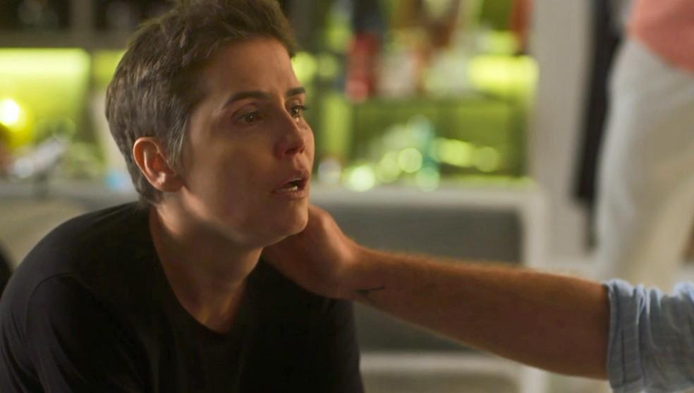 Karola é questionada sobre paradeiro de Laureta — Foto: TV Globo