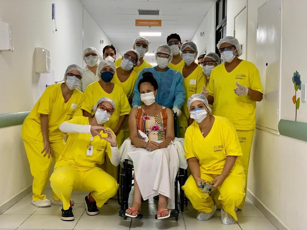 Professora de 39 anos recebe alta depois de passar 17 dias entubada por causa da Covid-19 — Foto: Ascom Sesau