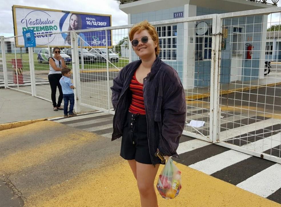 A estudante Aretha Brito de Lima, de 16 anos, viajou 1.845 km de Redenção (PA) até São Carlos (SP) para tentar uma vaga em filosofia na Fuvest 2018 (Foto: Fernando Bertolini/G1)