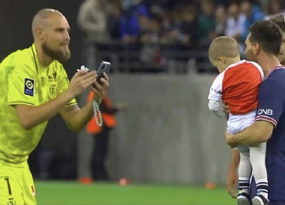 Goleiro do Reims pede para que Messi tire foto com filho após jogo contra o PSG — Foto: Reprodução