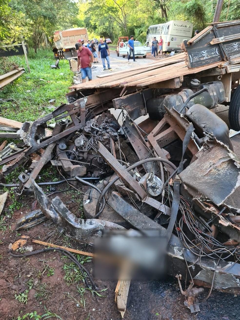 Caminhão ficou destruído após batida na PR-218, em Atalaia — Foto: Samu/Divulgação