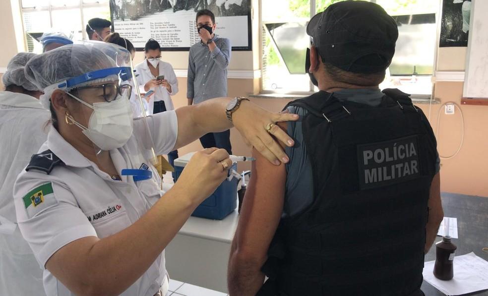 Agentes de segurança pública são vacinados contra Covid-19 no RN — Foto: Kléber Teixeira/Inter TV Cabugi