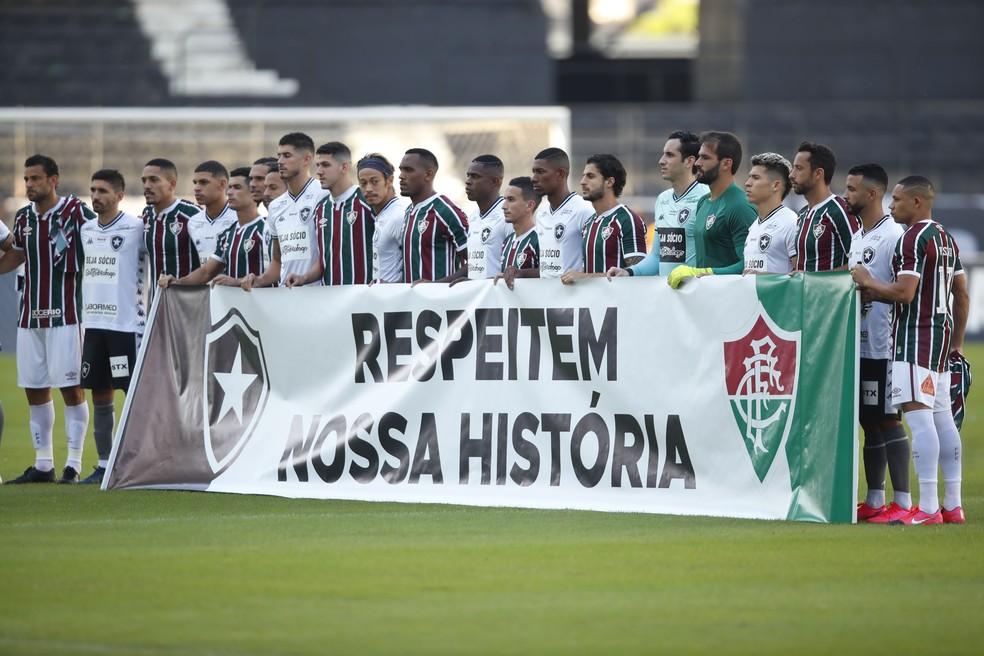 """No dia 5 de julho, times entraram com a faixa: """"Respeitem nossa história"""" — Foto: Gilvan de Souza / Agência Estado"""