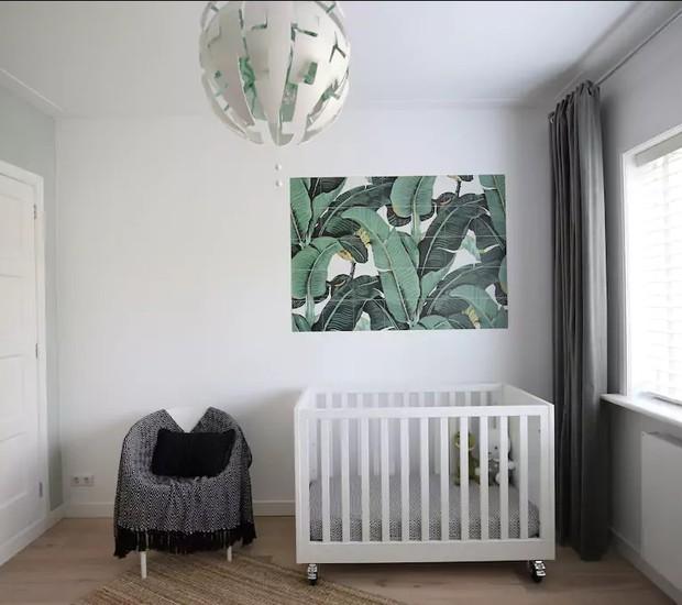 Essa casa de praia em Haarlem, Holanda, tem dois quartos de bebê com decoração clean (Foto: Reprodução / Airbnb)