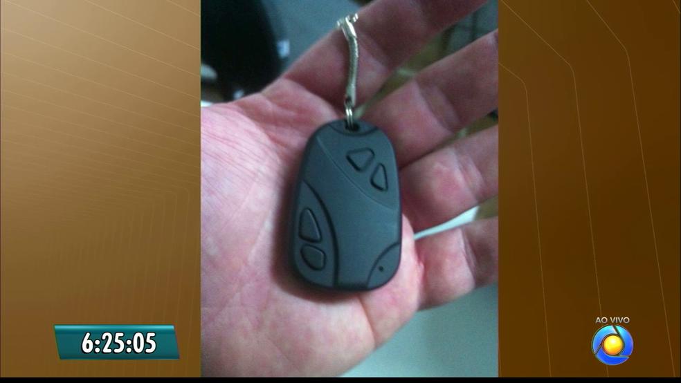 Sexo foi filmado neste dispositivo similar a um controle de alarme automotivo (Foto: Reprodução/TV Cabo Branco)