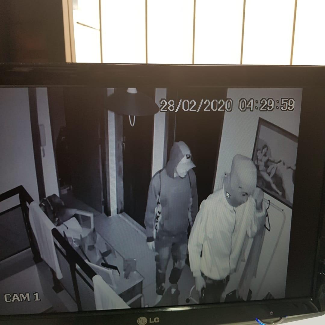 Criminoso se esconde por mais de 2 horas para furtar residência e volta no dia seguinte com comparsas; vídeo