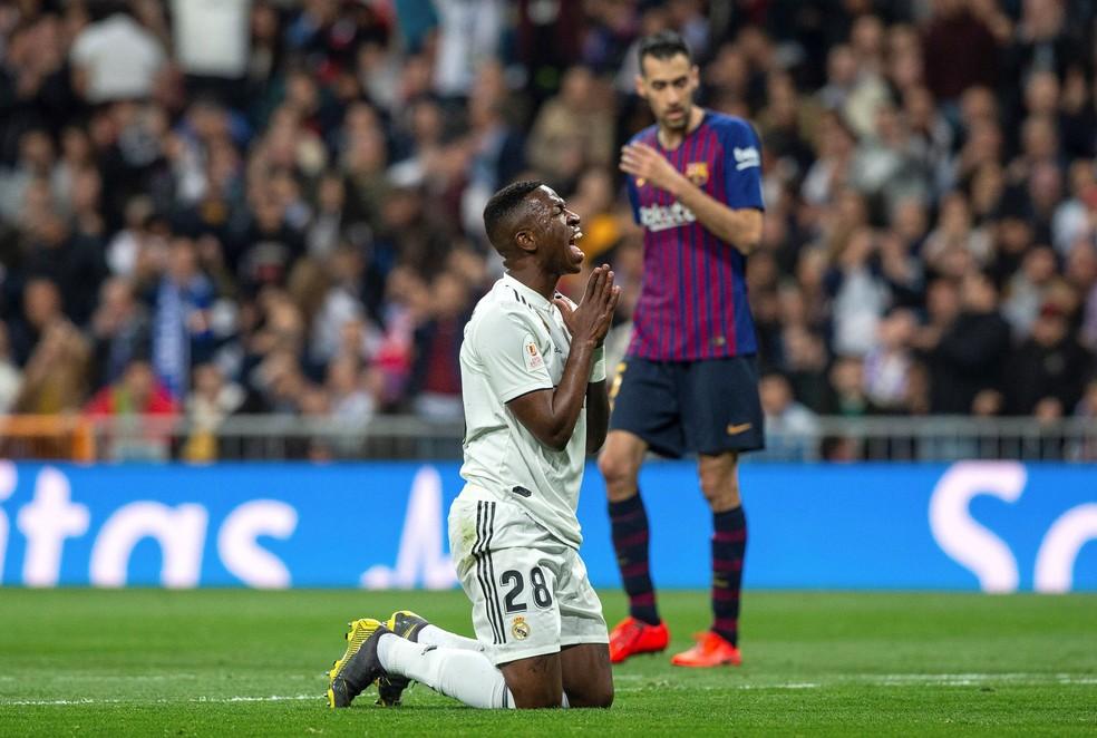 Vinicius Junior criou e desperdiçou chances, mas o Real sofreu derrota impiedosa para o Barcelona: 3 a 0  — Foto: EFE