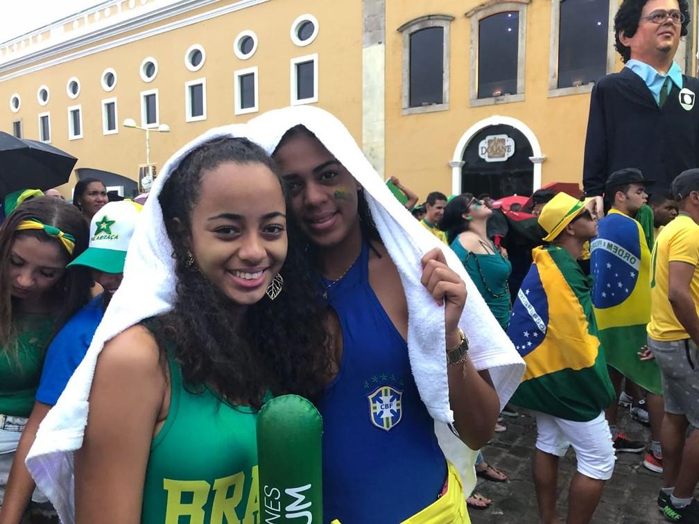 As baianas Gabriela Melo e Isabela Paixão acreditam que o Recife deu sorte para o Brasil vencer a Sérvia na Copa do Mundo (Foto: Marina Meireles/G1)