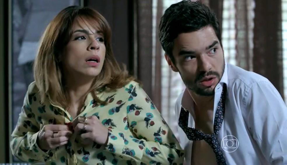 Danielle (Maria Ribeiro) e José Pedro (Caio Blat) se vestem após flagra de Maria Marta (Lilia Cabral) - 'Império' — Foto: Globo