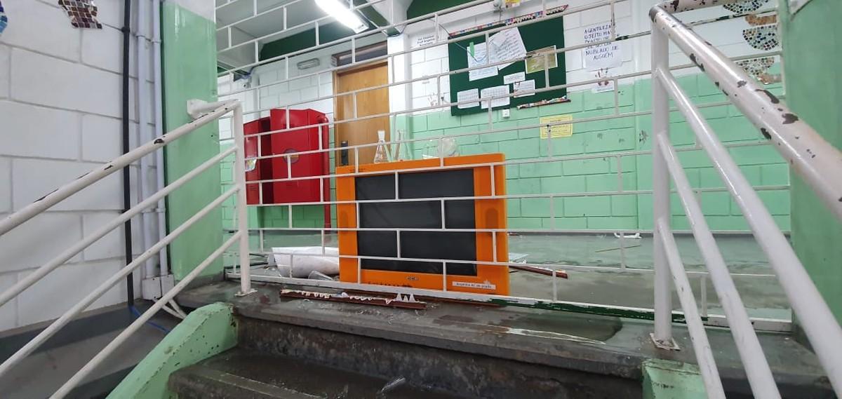 Vândalos invadem escola estadual de São José dos Pinhais, destroem móveis, quebram janelas e alagam salas - G1