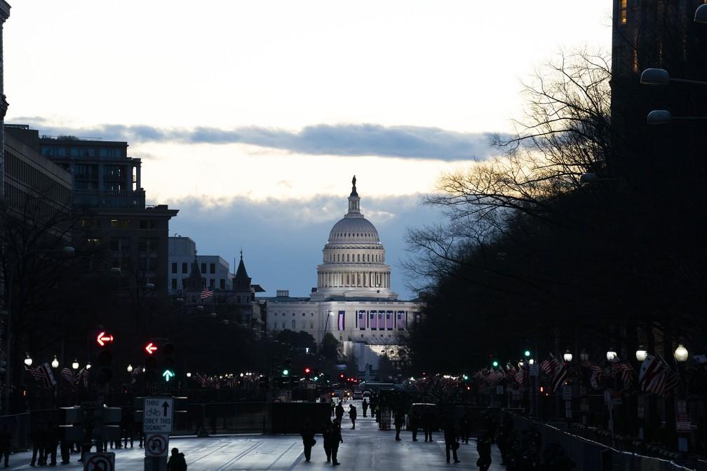 Capitólio dos EUA no amanhecer de 20 de janeiro de 2021, dia da posse de Joe Biden como 46º presidente americano — Foto: Jose Luis Magana/AP