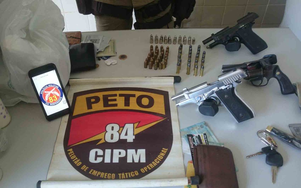 Armas foram apreendidas com parentes de ciganos mortos em Angical (Foto: Divulgação/ SSP-BA)