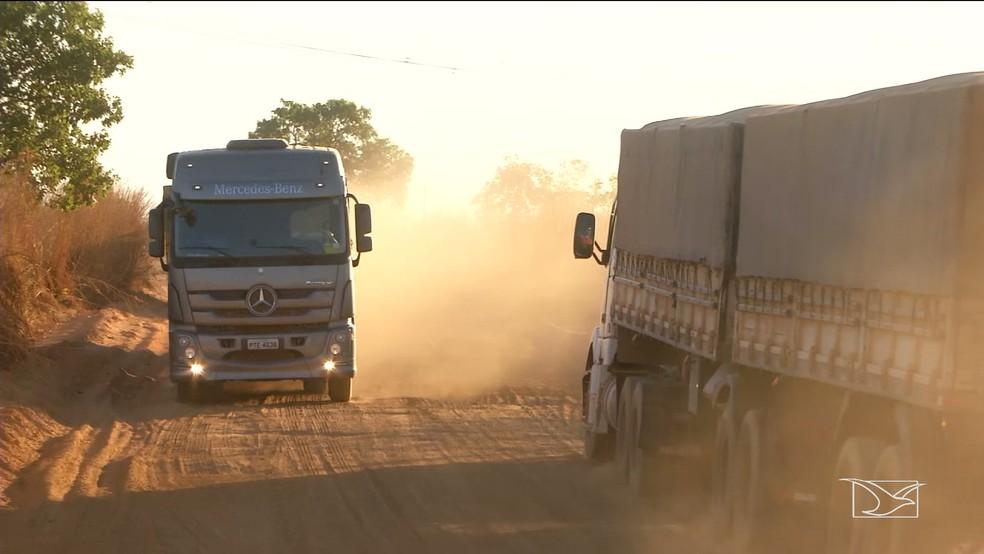 Nuvem de poeira se forma sempre que caminhões passam por trechos sem asfalto da MA-006 (Foto: Reprodução/TV Mirante)
