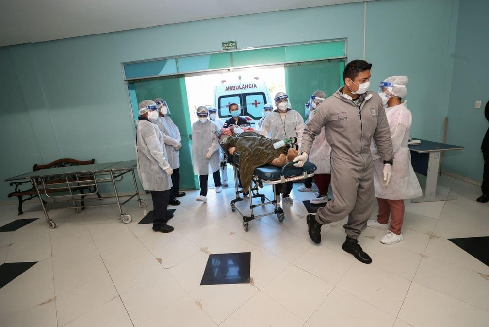 Paciente com Covid-19 dá entrada no Hospital Nilton Lins, em Manaus (AM). — Foto: Divulgação/Secom