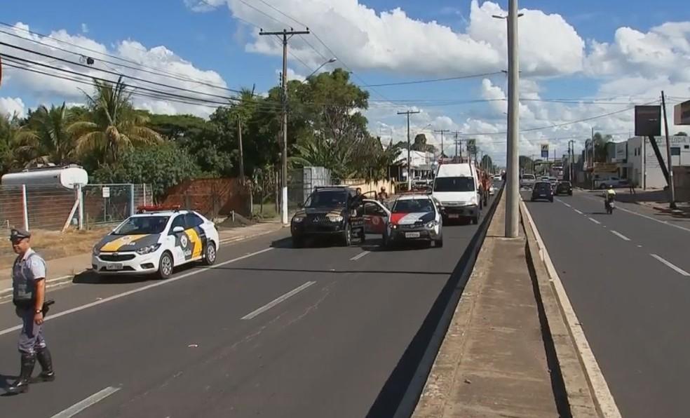 Avenida em frente à PF foi bloqueada na chegada da aeronave  (Foto: Ricardo Freitas / TV TEM )