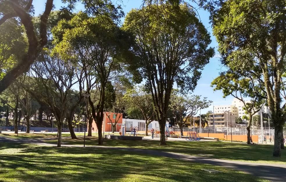 Praça Afonso Botelho fica no entorno da Arena da Baixada, em Curitiba, e oferece várias atividades esportivas  (Foto: Adriana Justi/G1)