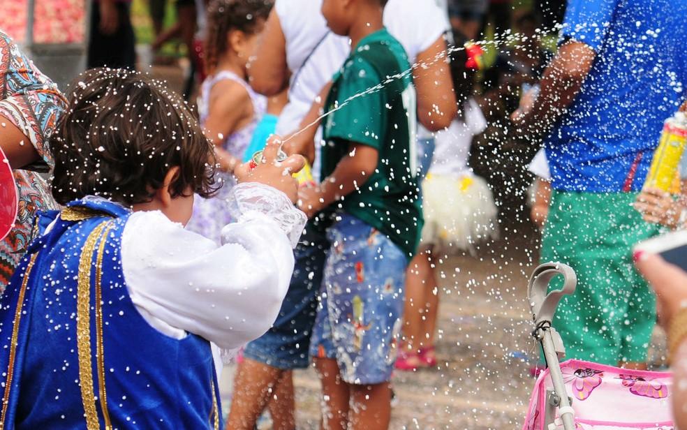 Criança pula carnaval no bloco Baratinha, no Distrito Federal — Foto: Pedro Ventura/GDF/Divulgação