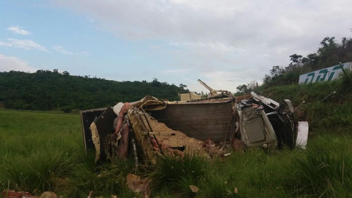 Duas pessoas ficam feridas após caminhão bater em poste e tombar na BR-356, em Italva, no RJ