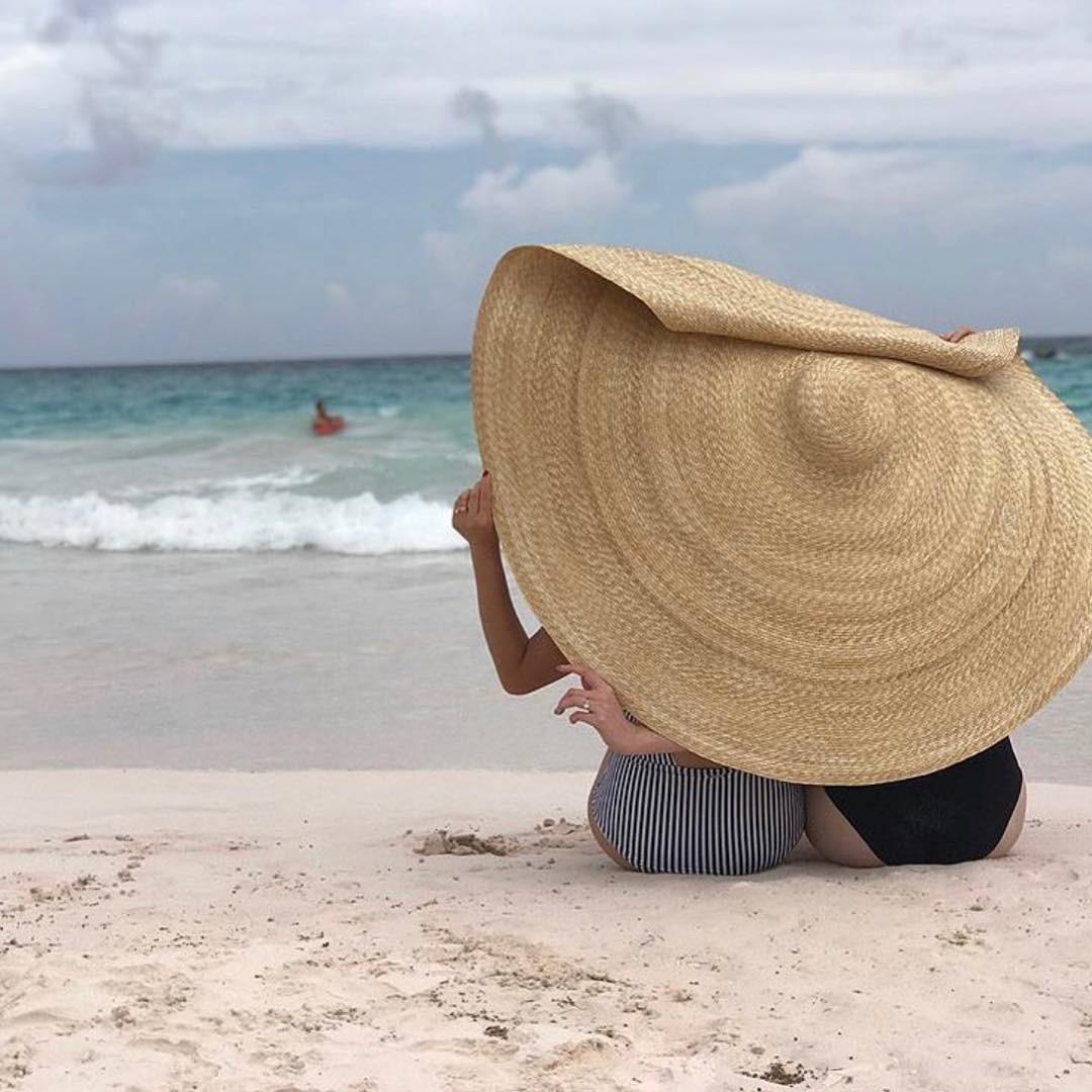 Posar com chapéu cobrindo a face é mania entre as famosas no verão europeu (Foto: Reprodução/ Instagram)