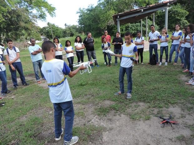 Treinamento dos alunos com os drones acontece também em locais abertos, como no Parque do Jiquiá, no Recife (Foto: Bruno Marinho/G1)