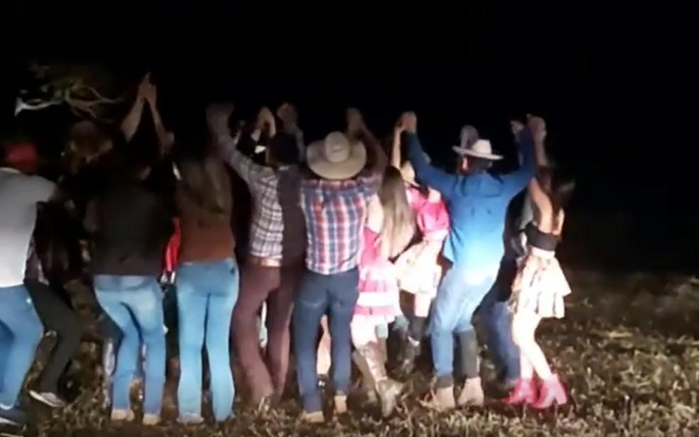 Dança de quadrilha em festa junina em que vereador disse ter participado em Serranópolis Goiás — Foto: Reprodução TV Anhanguera