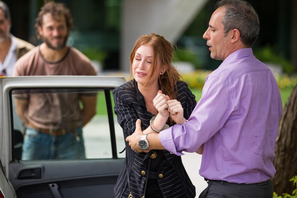 Eliza é levada presa — Foto: Gshow / Fabiano Battaglin