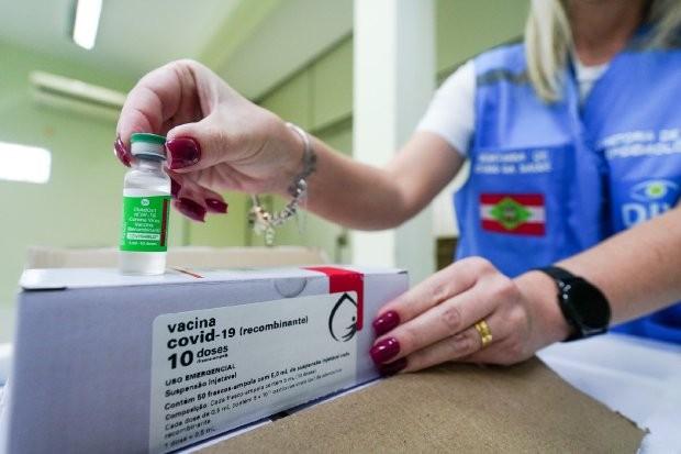 Vacina de Oxford começa a ser distribuída para os 92 municípios do RJ nesta segunda-feira