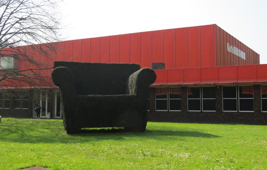Topiarias gigantes decoram a entrada e o jardim do Museu Kartell  como a Bubble Club, de Philippe Starck