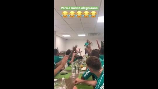 """Ramires faz cover de meme de 2012 e canta """"Para nossa alegria"""" em trote no Palmeiras; veja vídeo"""