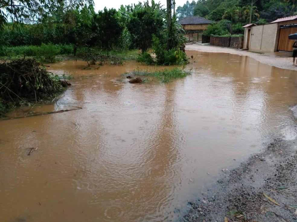 Colônia de Giarola ficou inundada na madrugada desta quinta-feira (13) em São João del Rei — Foto: Redes Sociais/Reprodução
