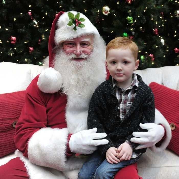 Menino autista em uma sessão especial com o Papai Noel (Foto: Reprodução Nick Procailo / Vancouver Sun)