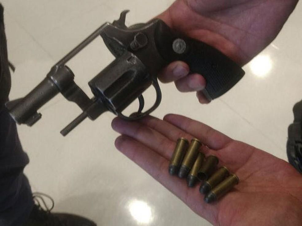 Arma e munição apreendidas com suspeitos de roubo a loja de celulares em shopping de Brasília (Foto: Divulgação)